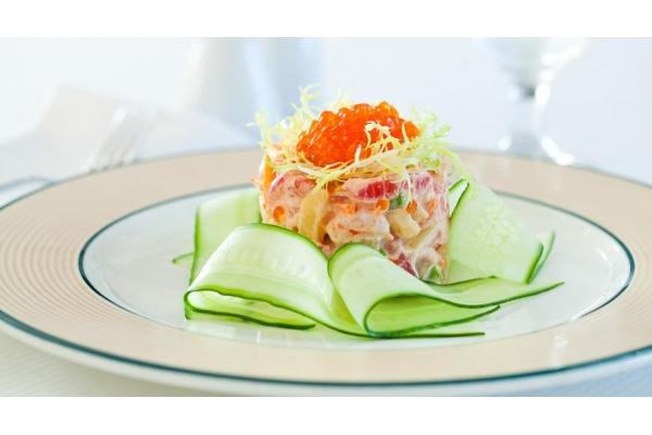 Салат из коктейльных креветок и красной икры