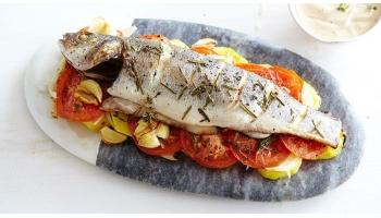 Запеченный сибас с овощами и пряными травами